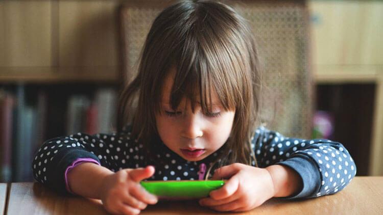 زمان زیاد زل زدن به صفحه نمایش میتواند علت تأخیر در رشد کودکان باشد