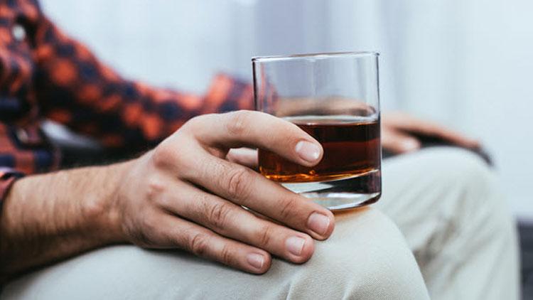 چگونه الکل میتواند بر نعوظ تأثیر بگذارد