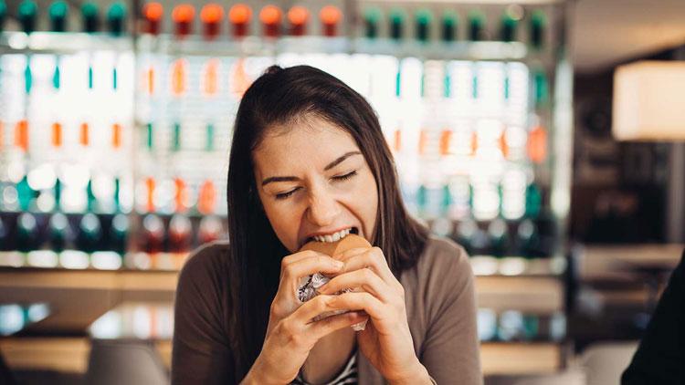 غذاخوردنِ بیاختیار قبل از دورۀ قاعدگی